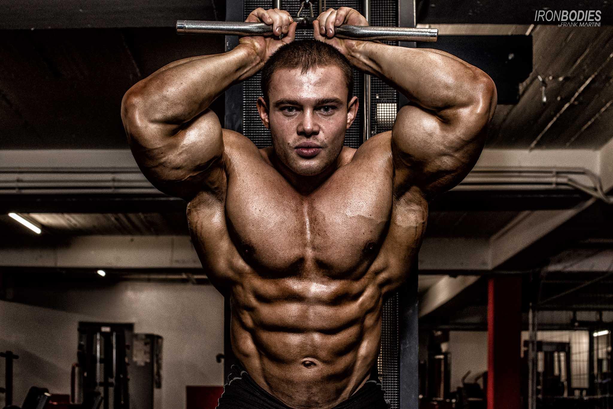 Alexey Lesukov im Fitnessstudio