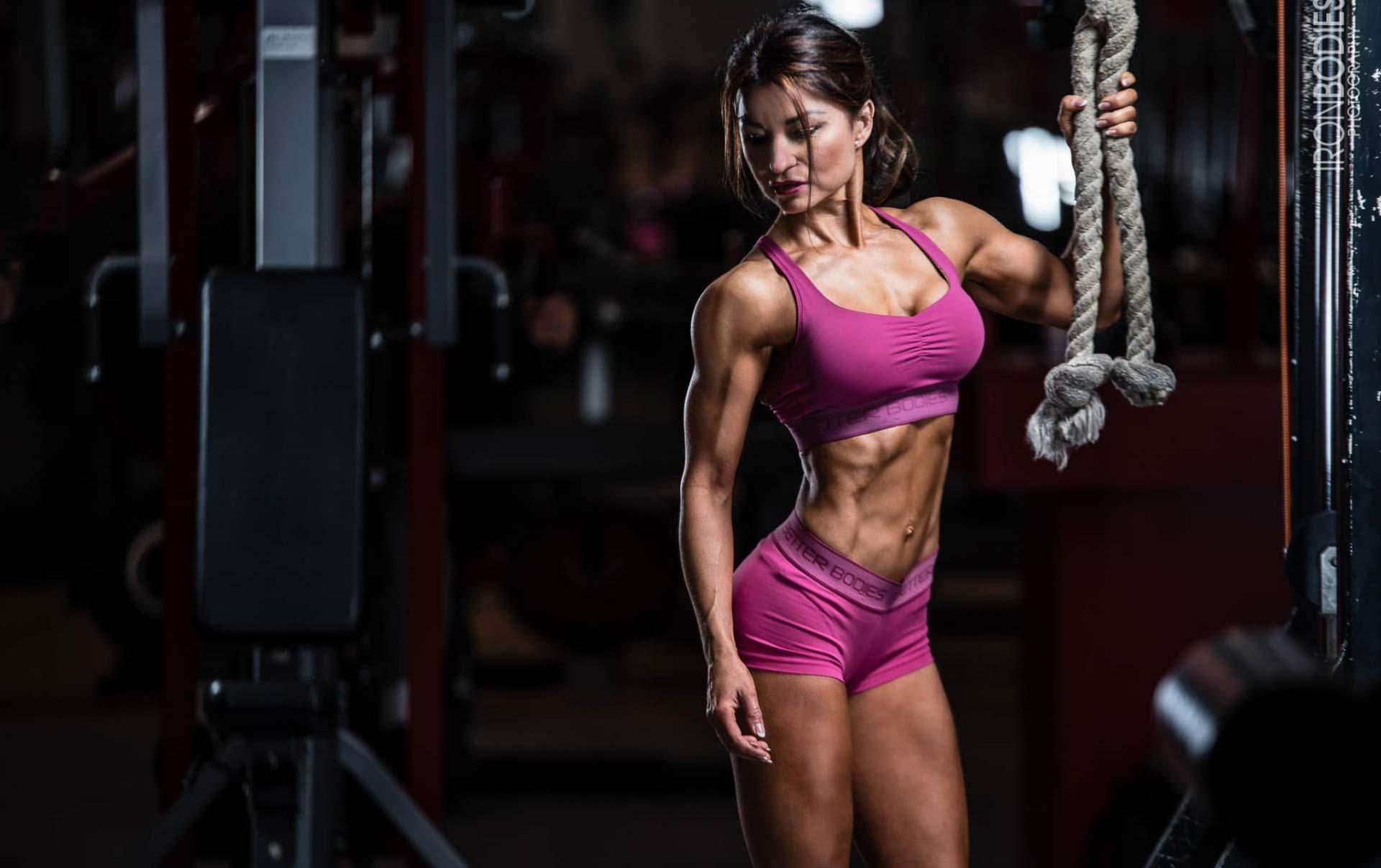 Shooting weibliches Fitnessmodel im Gym